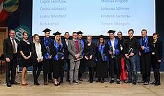 Bochumer VWA Absolventen und Absolventinnen freuen sich über Studienabschluss (Foto: Georg Lukas)